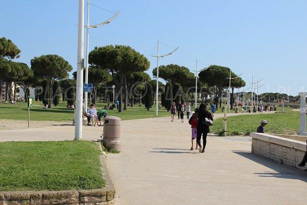 Fußgängerpromenade entlang des Strandes bei Grau du Roi