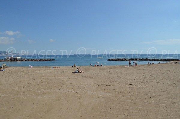 Beach with dams in Mandelieu