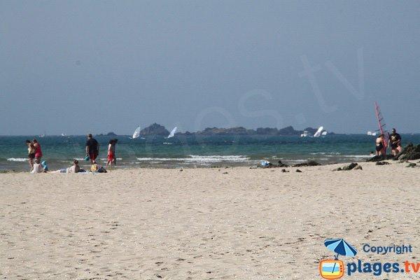 Planche à voile dans la baie de Locquirec à Plestin-les-Grèves