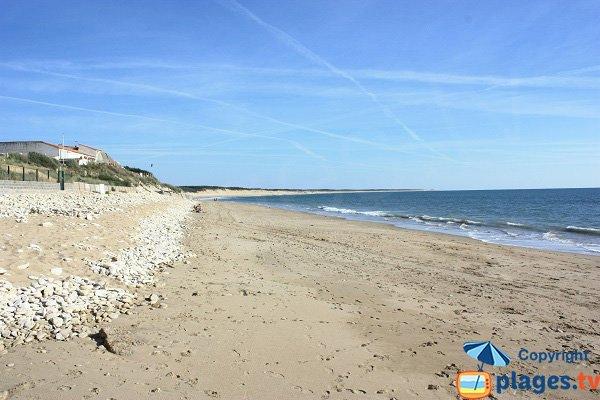 Plage du Rocher avec vue sur la plage des Conches