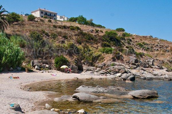 Gravier fin sur la plage du Roncu à Calvi