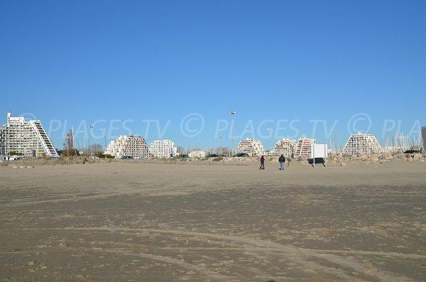 Immeubles de la Grande Motte vue depuis la plage