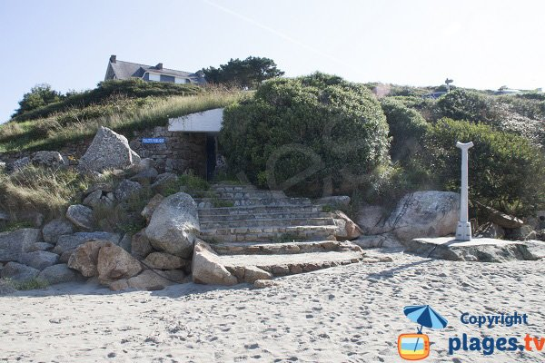 Sanitaires et douche de la plage de Rospico à Névez