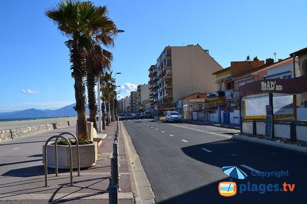 Commerces et immeubles autour de la plage du Roussillon