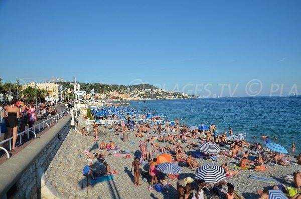 Plage en face du casino Ruhl en été à Nice