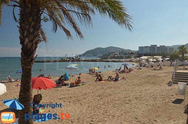Belle plage de sable à proximité de Cannes
