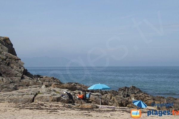 Rochers sur la plage des Sables Blancs Locquirec