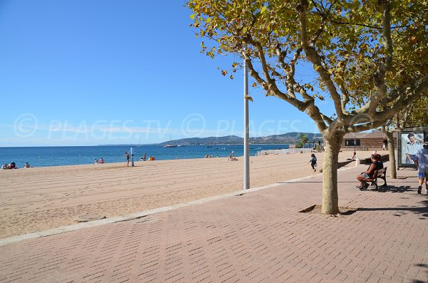 Walk along the beach of Fréjus