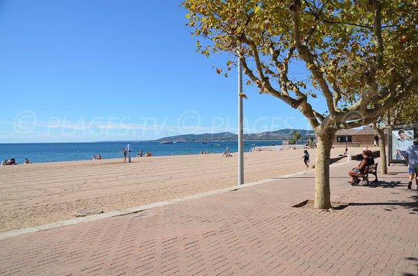 Promenade le long de la plage de Fréjus