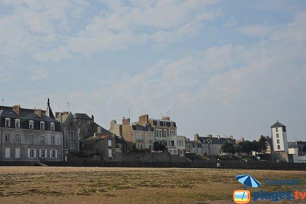 Faro Bas Sablons vista dalla spiaggia