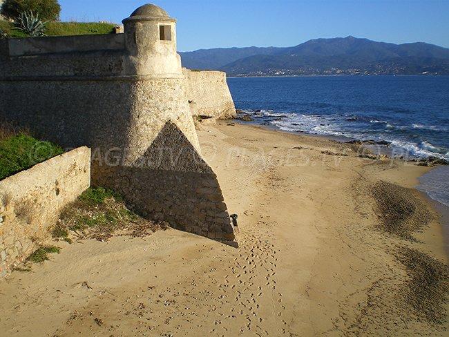 Plage de Saint François à Ajaccio avec la citadelle