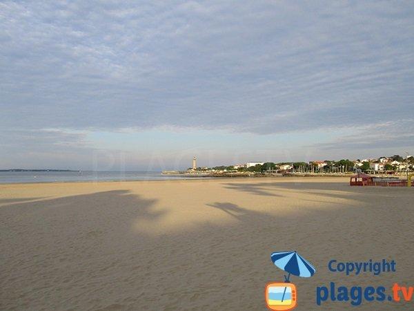 Beach in Saint Georges de Didonne and view on  Le Verdon sur Mer