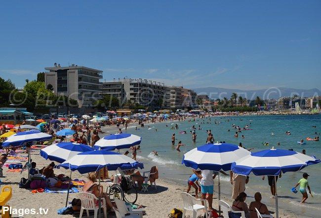 Plage de la Salis à Antibes en été