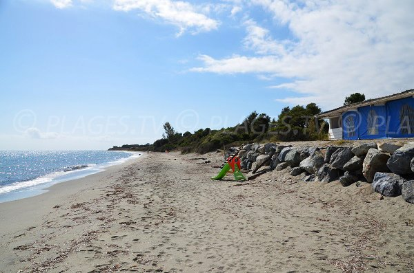 Paillote et plage de San Giuliano en Corse