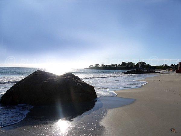 Quelques rochers sur la plage de Santa Lina à Ajaccio