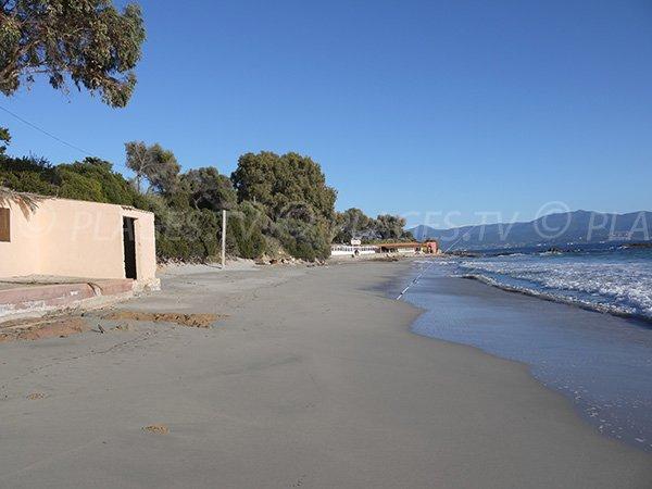 Vue sur les montagnes depuis la plage de Santa Lina à Ajaccio