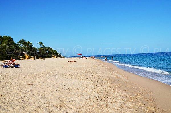 Extrémité de la plage de Scaffa Rossa avec quelques rochers