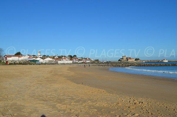 Plage de sable de Socoa face à cette petite station balnéaire basque