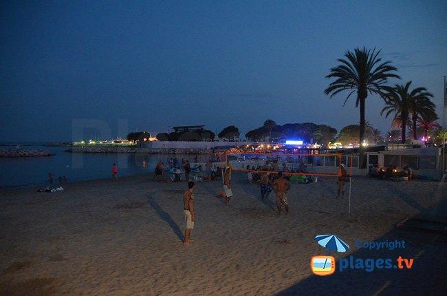 Plage du Midi le soir en été - Golfe-Juan
