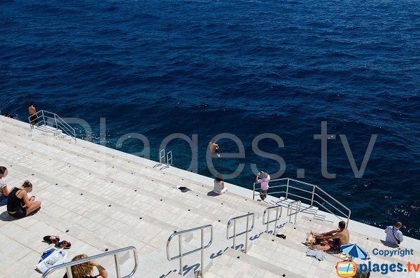 Plongeon dans la mer au niveau du solarium - Monaco