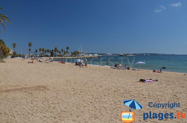 Grande plage publique à Golfe Juan avec du sable