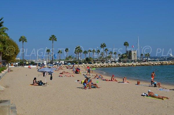 Plage publique de sable à Golfe Juan