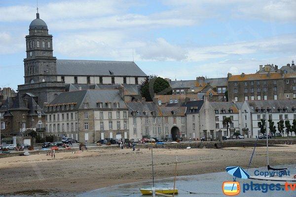 Plage de sable dans l'anse de Solidor à Saint Malo