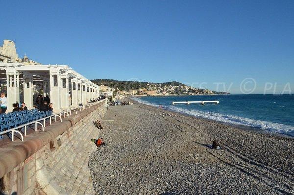 Vue sur le Vieux Nice depuis la plage du Sporting