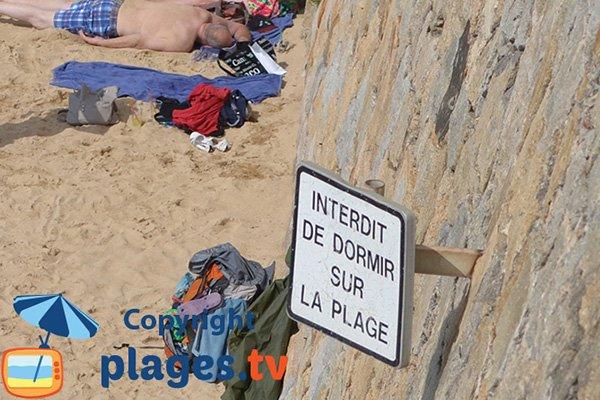 Interdit de dormir sur la plage de St François - Ajaccio