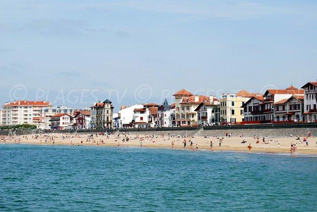 Grande plage de St Jean de Luz dans le centre ville