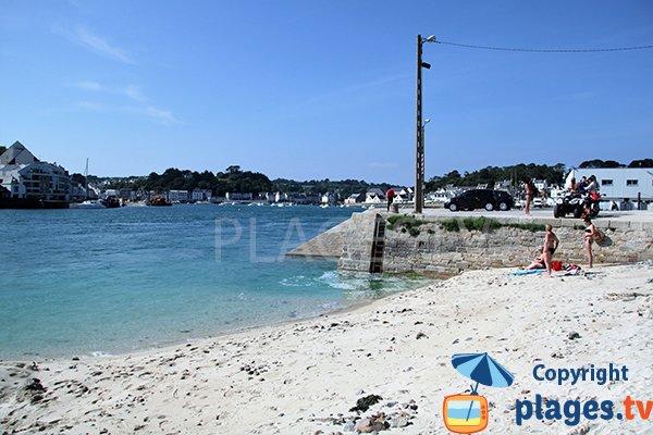 Plage à côté du port de Plouhinec dans le Finistère