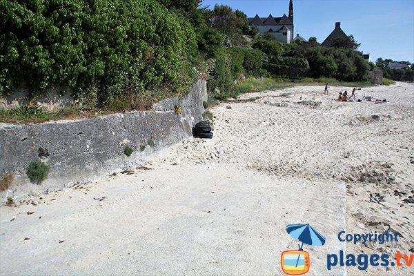 Cale de mise à l'eau de la plage au bord de la Goyen à Plouhinec