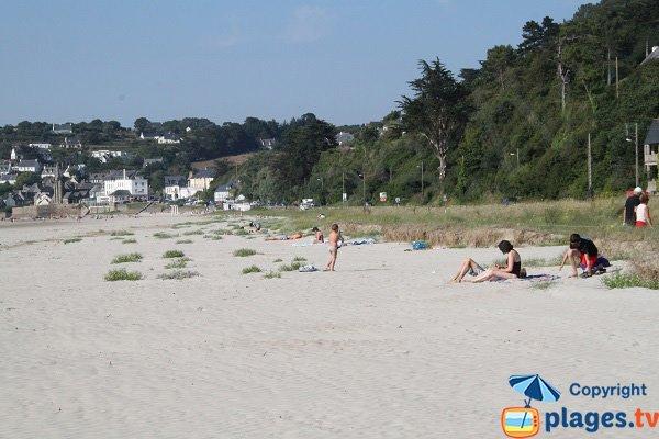Vue sur le village de St Michel en Grève depuis la plage
