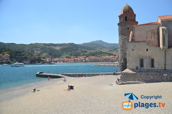 Beach behind the church St-Vincent in Collioure