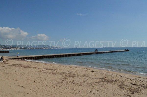 Vue sur la plage de sable sud aviation de la Bocca et sur Cannes