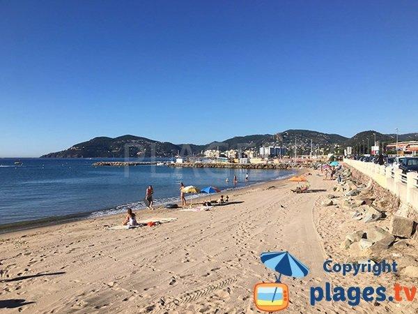Photo de la plage de Cannes la Bocca à proximité du port de Mandelieu