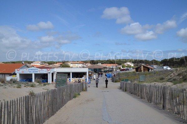 Sentier et commerces à la plage sud de Carcans