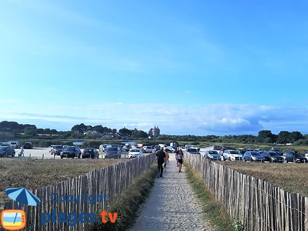Parking de la plage de Suscinio en été