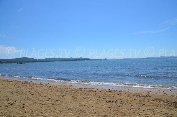 Vue sur Bormes les Mimosas et sur les Iles d'Or depuis la plage des Tamaris à La Londe
