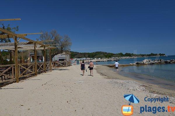 Paillote sur la plage des Tamaris à Port Grimaud