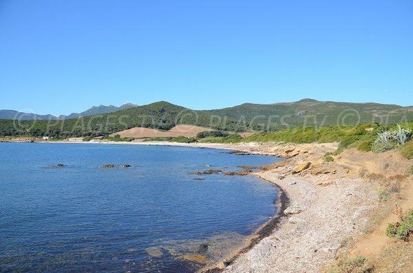 Photo de la plage de Tamarone vue depuis le sentier du littoral