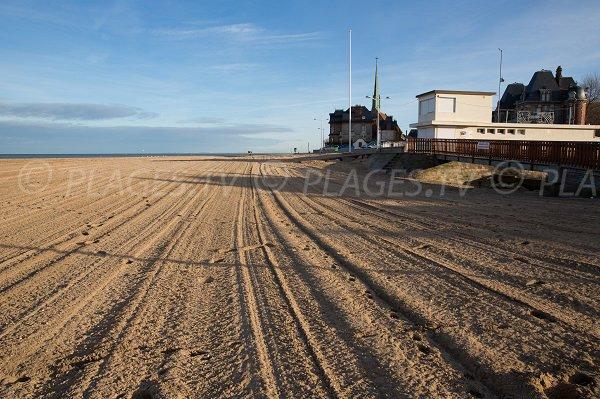 Photo de la plage du Temple en direction du centre-ville d'Houlgate