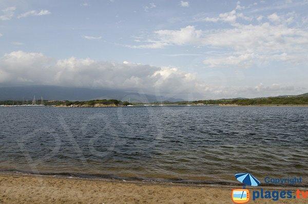 Vue sur l'ilot du Port depuis la plage de Figari