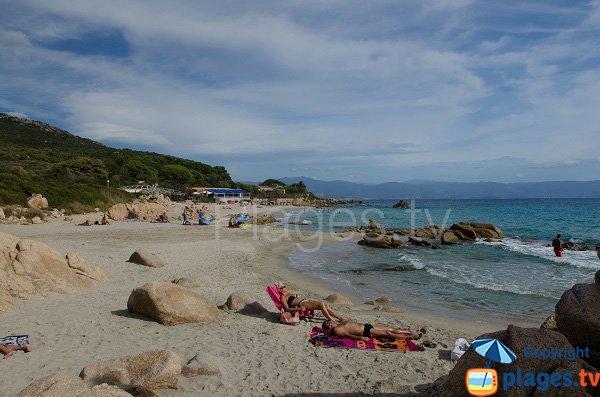 Rochers sur la plage de la Terre Sacrée à Ajaccio