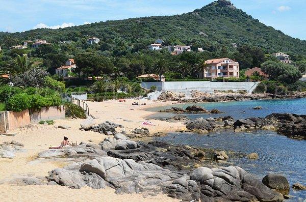 Rochers sur la plage de Tiuccia en Corse