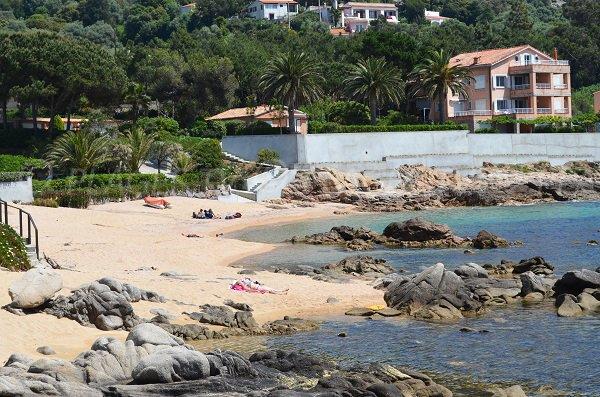 Photo des rochers sur la plage de Tiuccia