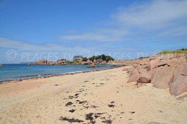 Rochers et sable sur l'ile de Renote à Trégastel