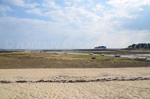 Photo de la plage de Toul Keun avec vue sur la pointe d'Er Hourel à Locmariaquer