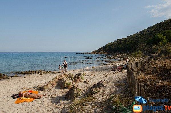 Extrémité de la plage de la tour de Fautea