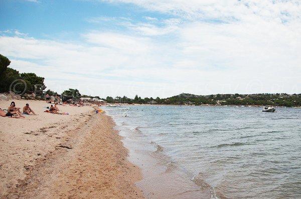 Plage de sable à Lecci avec vue sur Cala Rossa